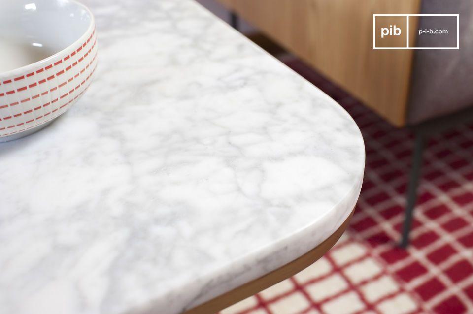 Una mesa auxiliar elegante, hecha de mármol blanco, que destaca por su latón dorado