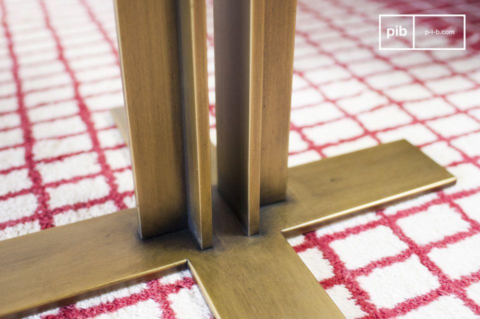 Un contraste de los pies verticales y los bordes de la mesa Carrera pone su enfoque en la bandeja