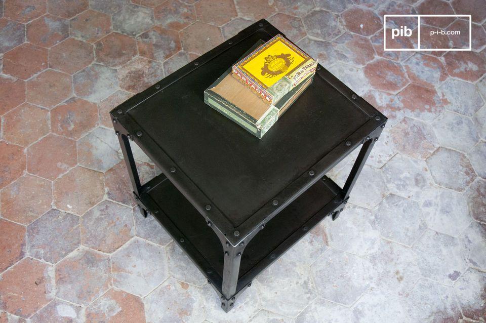 Mesa de metal cúbico, con un acabado de pátina negra