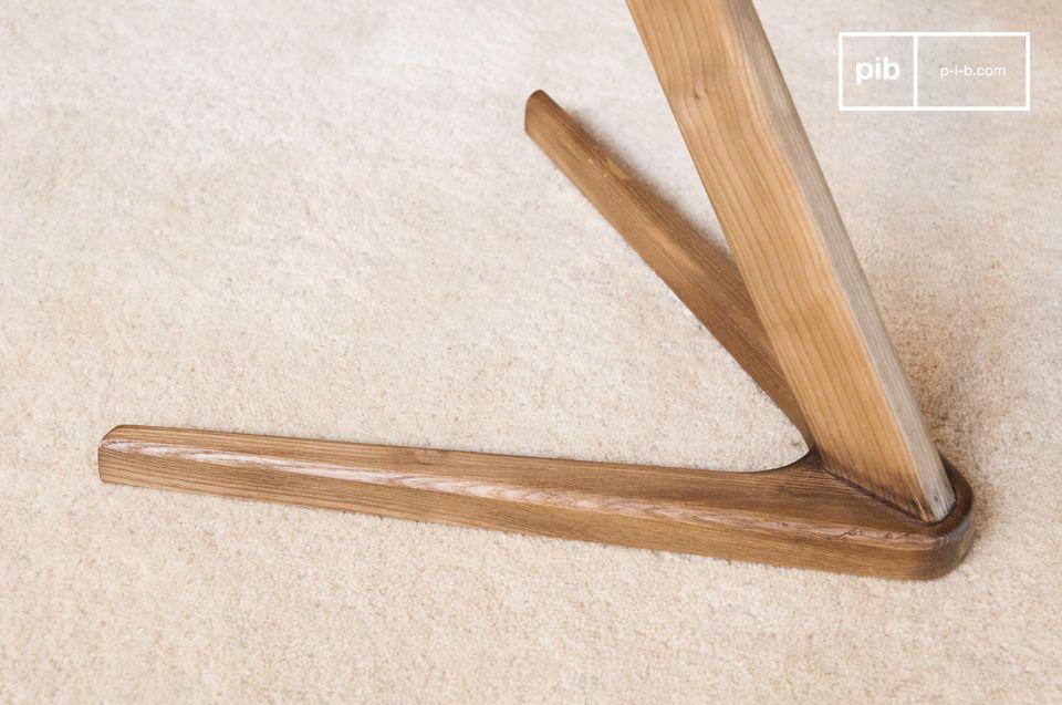 Una mesa auxiliar o una mesita de noche de madera gráfica