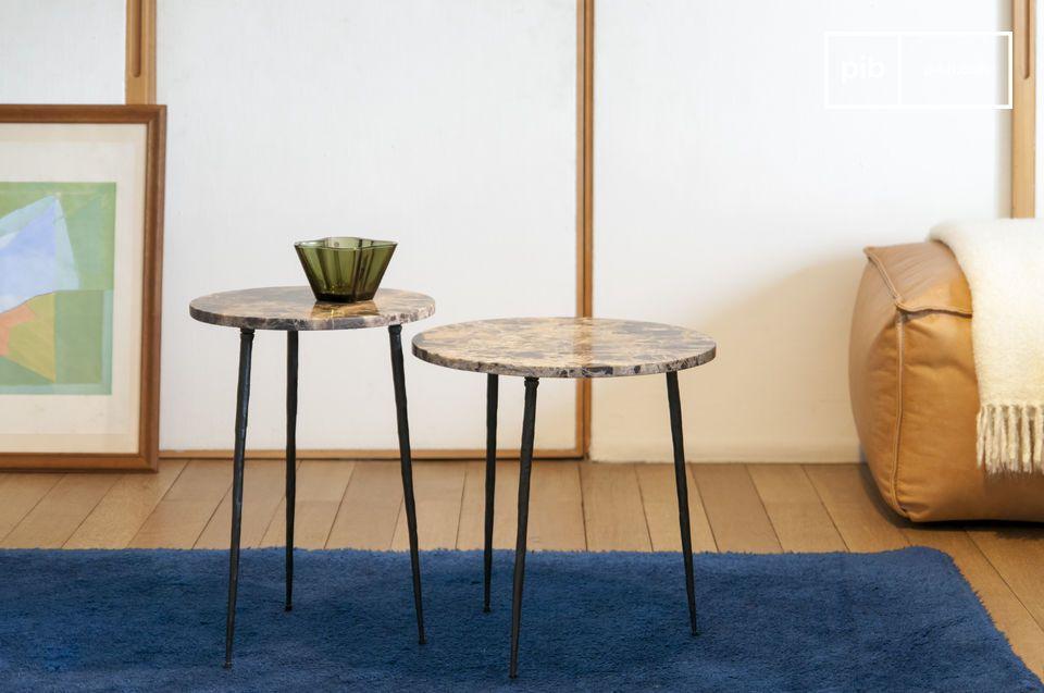 Una mesa auxiliar de mármol con un aspecto elegante y ligero.