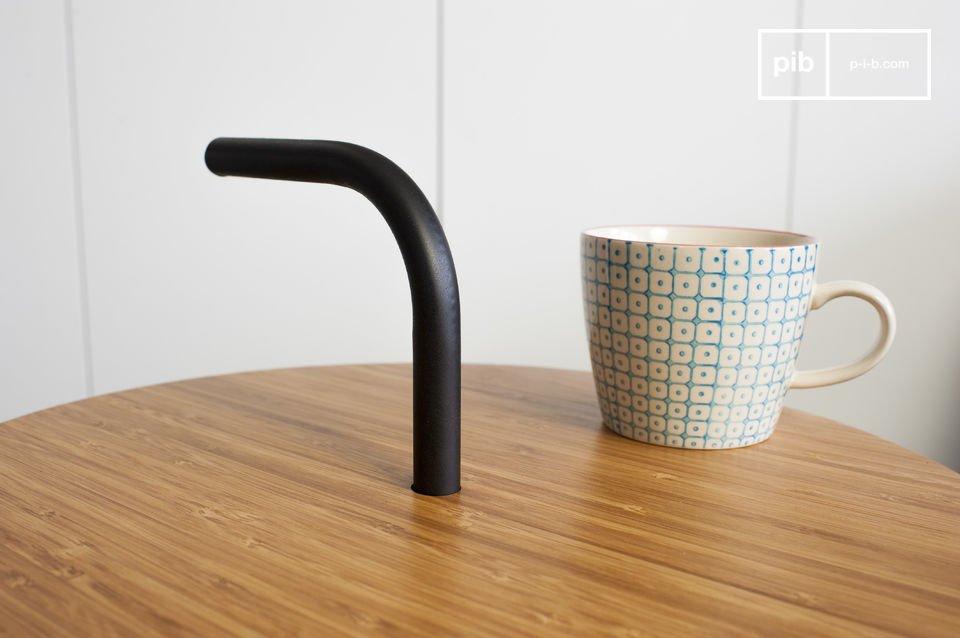 La mesa auxiliar Pakhäba es una original pieza debido a su estructura de metal poco común
