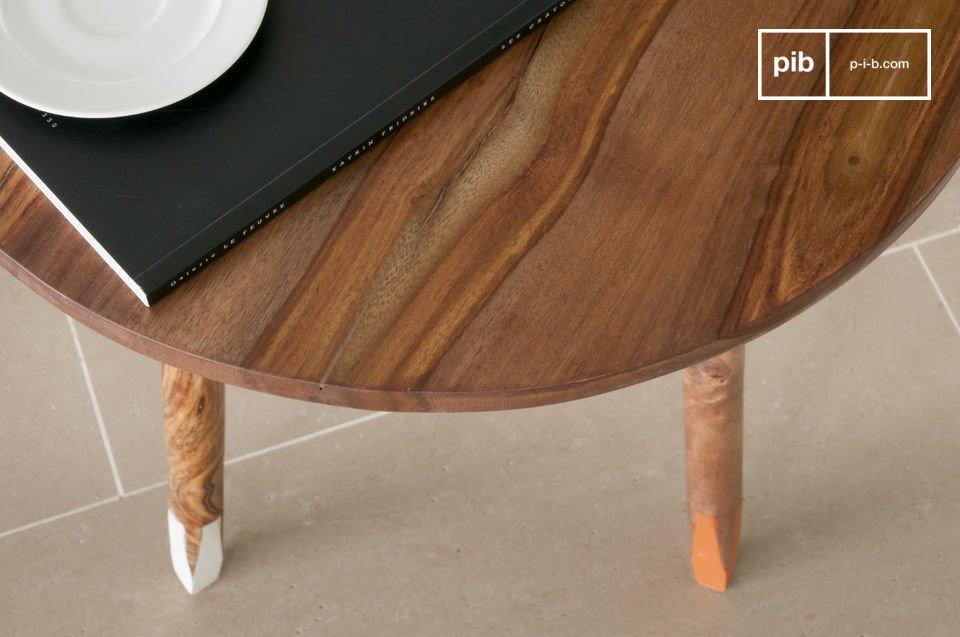 La elegante mesa auxiliar Pencil encajará perfectamente en el extremo de un sofá o como mesita de