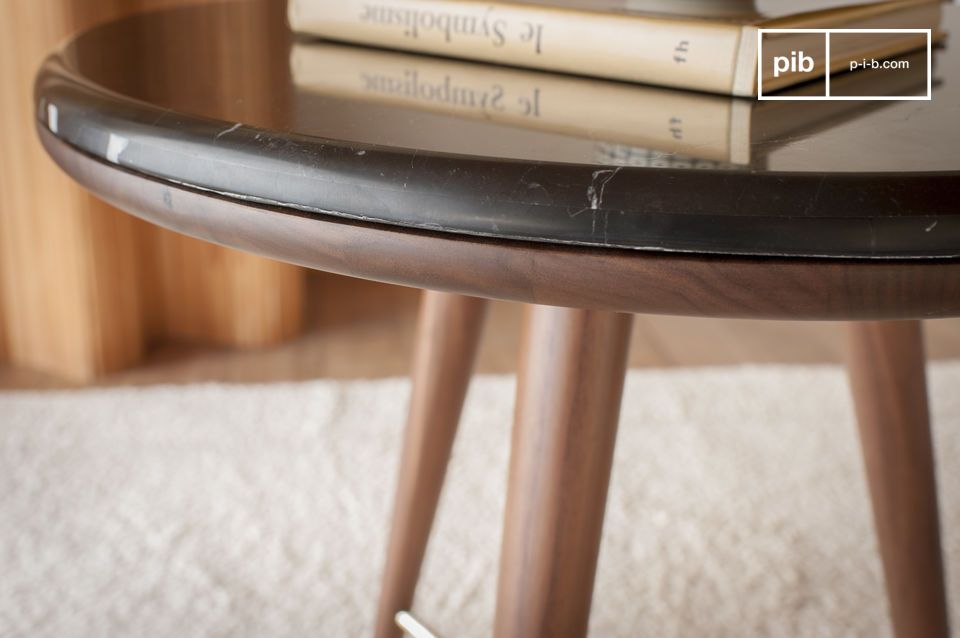 Una mesita de noche o una mesa auxiliar que combina elegancia vintage y excelentes acabados.