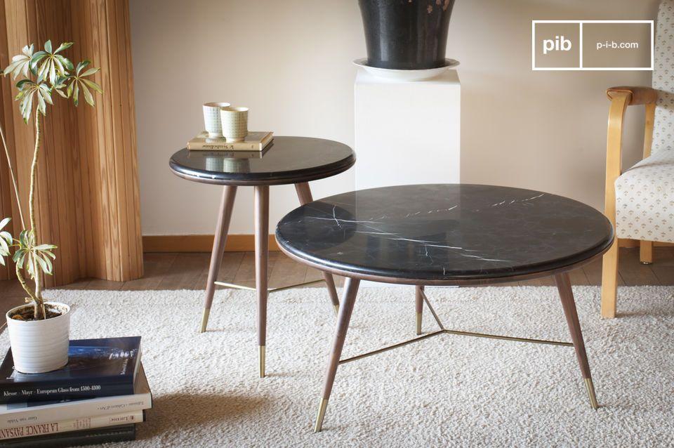 La mesa auxiliar Sivärt combina una parte superior de mármol negro con patas de madera de nogal