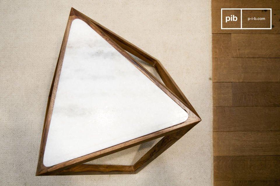 Le va a encantar la mesa lateral triangular Marmori con su diseño retro escandinavo y sus líneas
