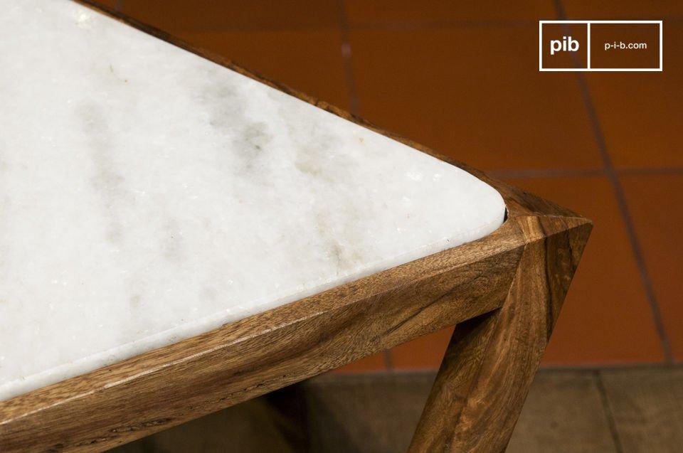 Hay un contraste estético refinado entre el mármol blanco de la tapa y la madera oscura del marco