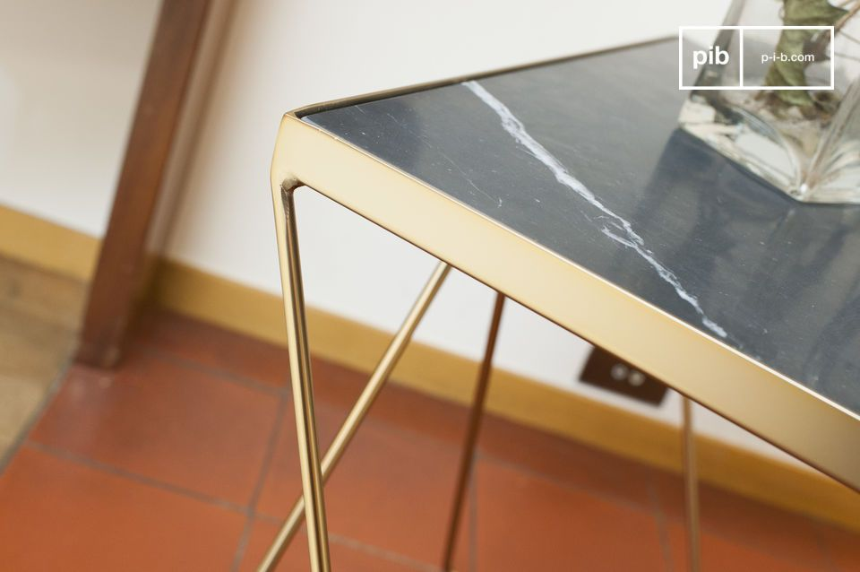 La parte superior cuadrada de la mesa de centro Bumcello está hecha de mármol verde acanalado