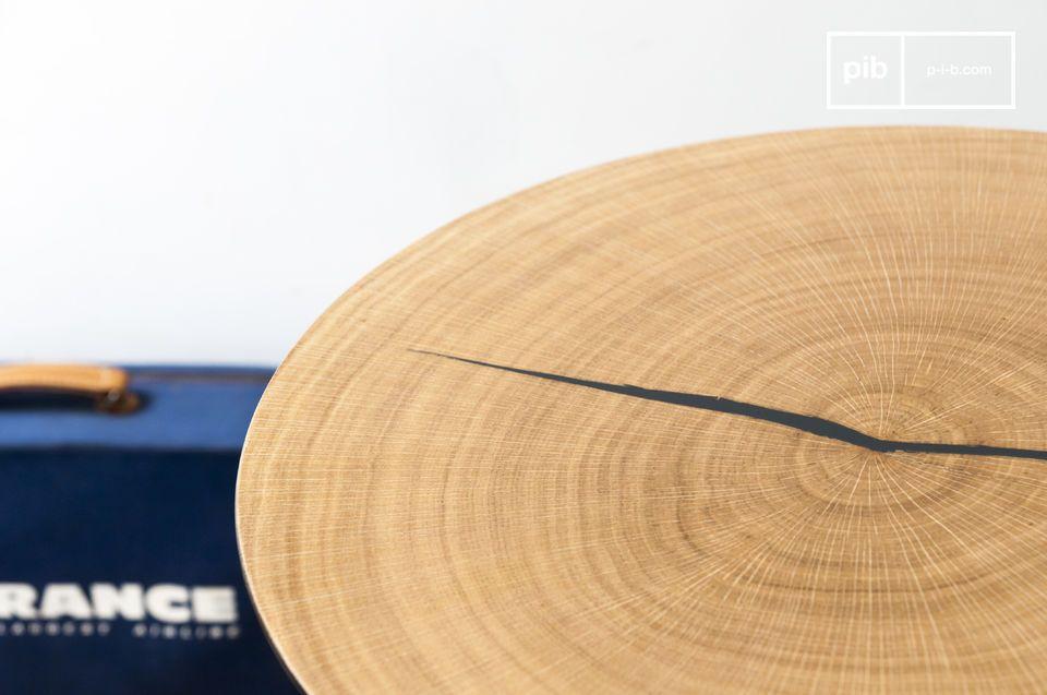 La mesa de centro Xylème se compone de una fina tapa redonda de metal recubierta de madera de