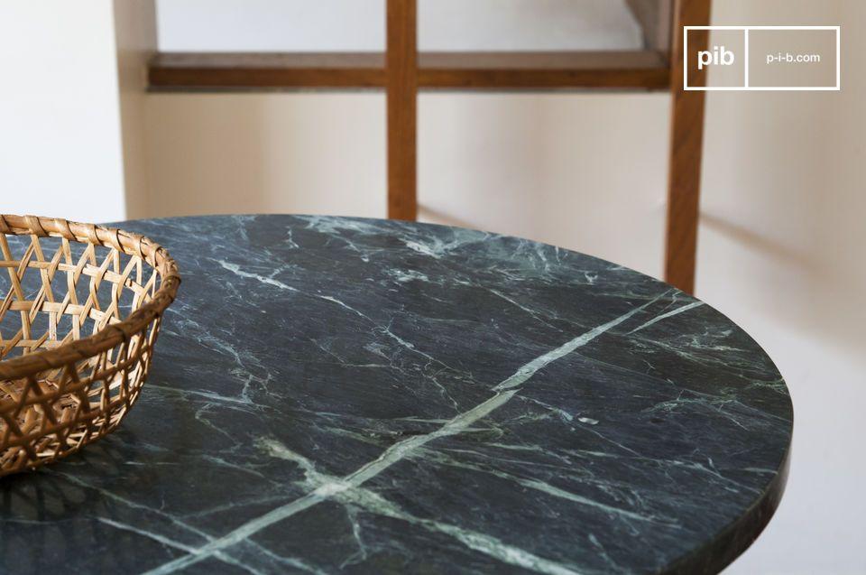 Esta mesa en forma de pedestal con encimera de mármol destaca por su sobriedad