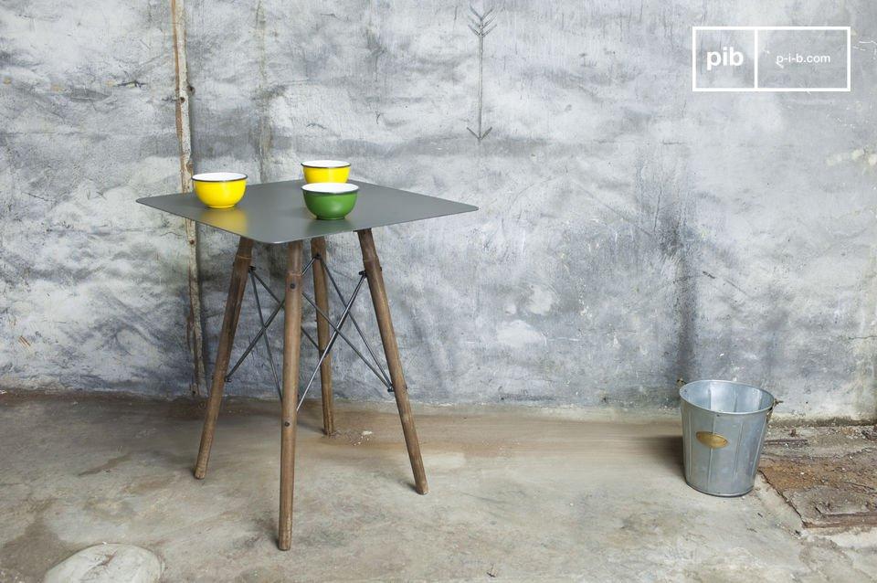 Debajo de la tapa metálica de mesa las cuatro patas se unen para garantizar su estabilidad