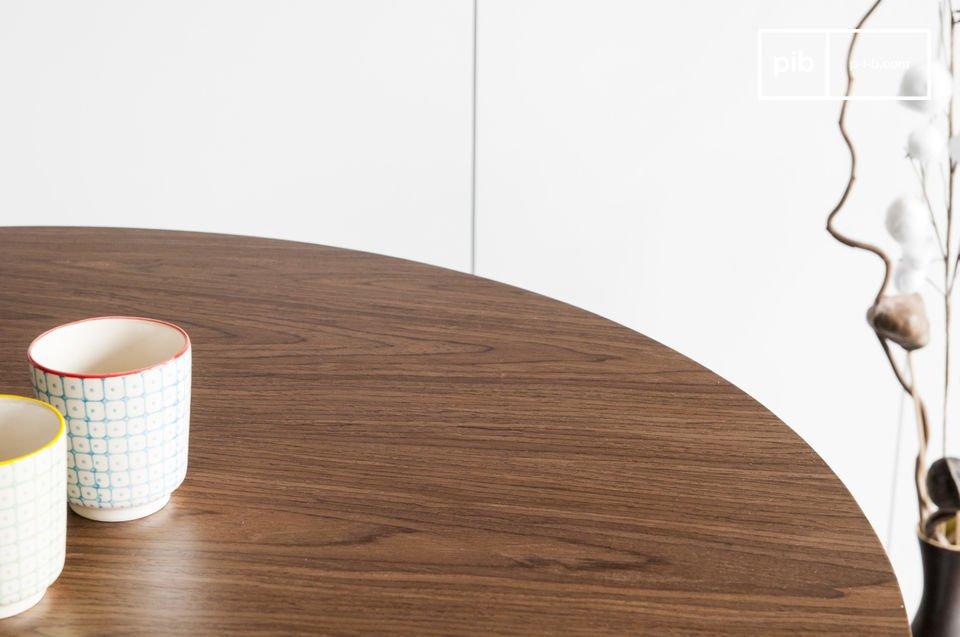 La mesa Daire tiene la elegancia de las mesas escandinavas con el diseño de los años 60 que le