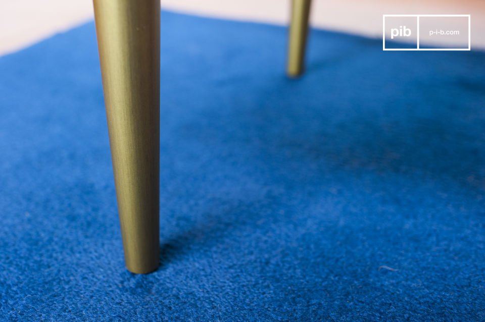La mesa de centro Alienor es muy estable con los pies hechos de latón lacado