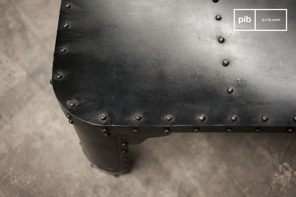 Esta mesa de centro tiene un sofisticado diseño industrial