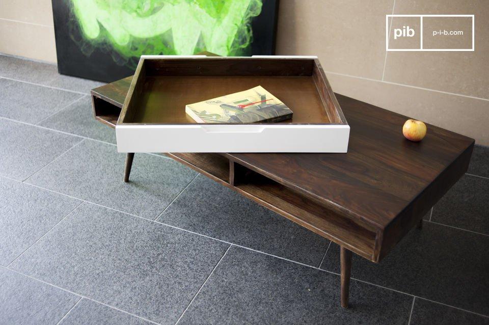 Esta mesa de centro hecha de madera barnizada de rosal macizo  es un ejemplo perfecto de una típica