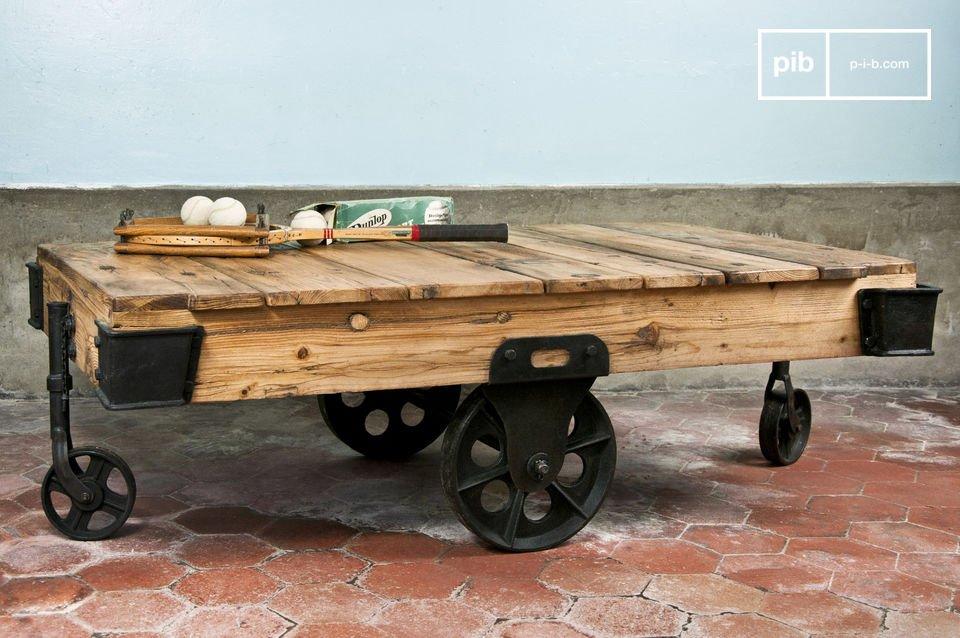 Hecha con una madera barnizada de espesor