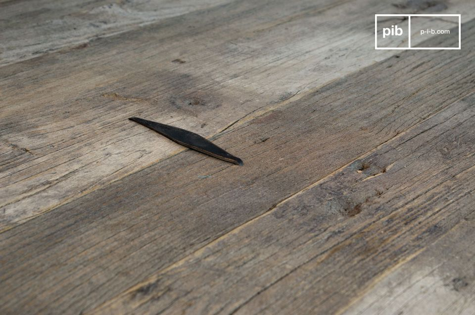Mesa de centro hecha de madera de olmo recuperado.