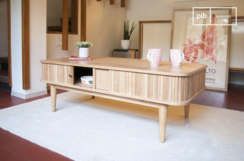 Una mesa de centro en madera clara