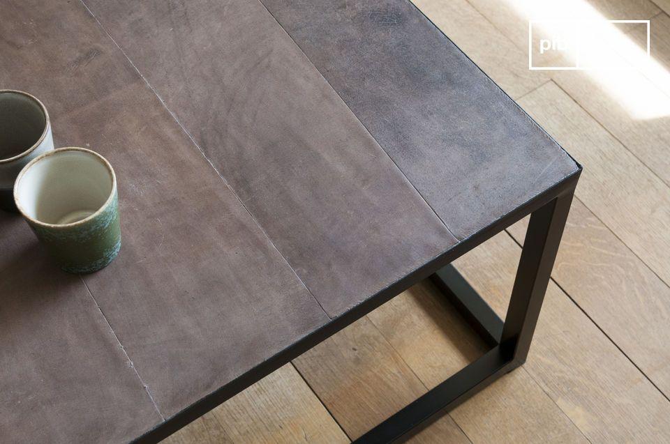 Una mesa de centro larga con un espíritu industrial chic