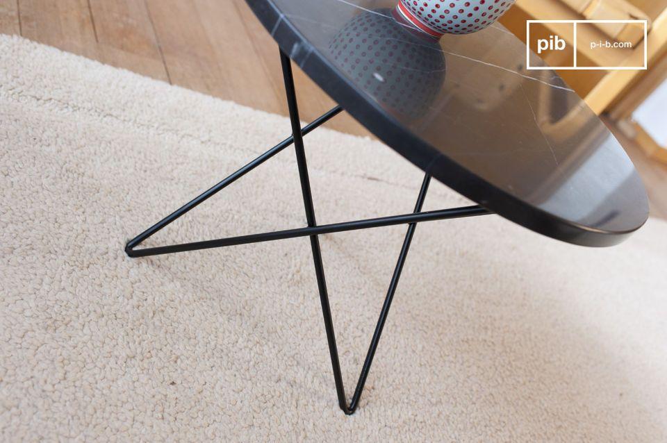 La mesa de café Aouthenn tiene un grueso tablero de mármol negro