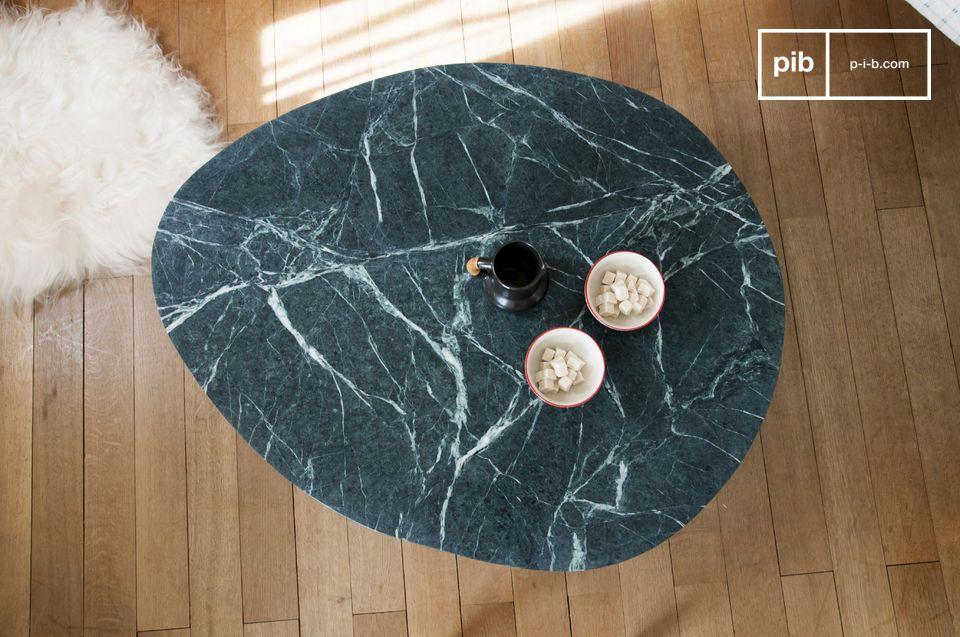 Eche un vistazo a esta mesa de café de mármol de Trivisan y quedará inmediatamente cautivado por