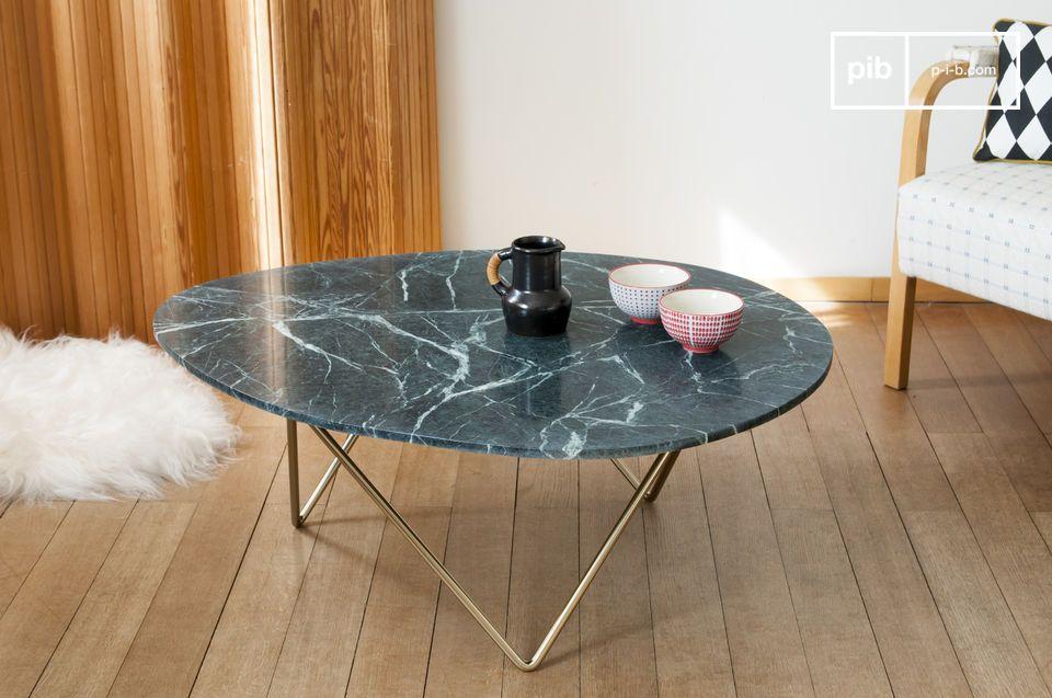 Una mesa de café de mármol que juega sobre la asociación de formas