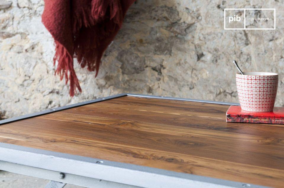 La mesa de centro de teca Bollène combina diseño industrial vintage con practicidad
