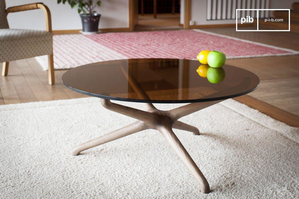 La redondez de una mesa de centro en vidrio ahumado y madera tallada
