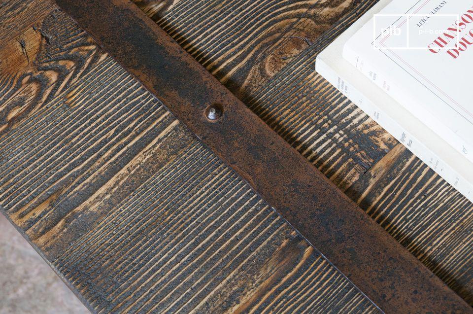 Con su superficie armada a partir de placas de madera barnizada