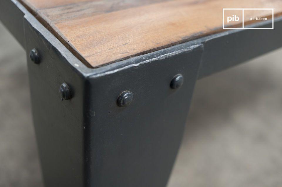 La parte superior de madera acanalada viruta ligeramente un aspecto inacabado de su diseño