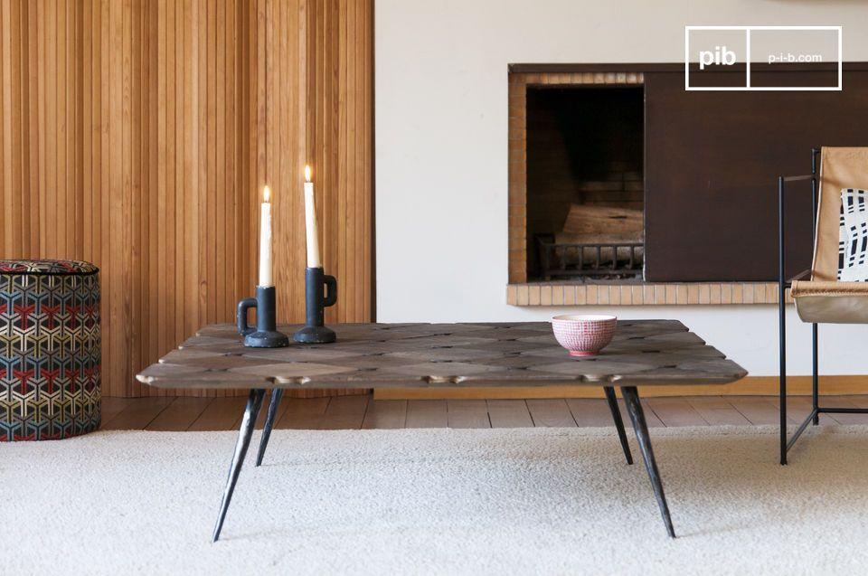 Una gran mesa de centro hecha de hermosas damas de madera