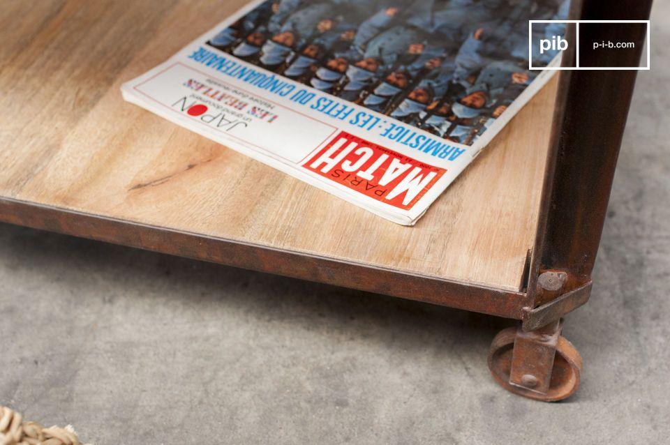 Esta mesa de centro muestra dos bandejas de madera barnizada