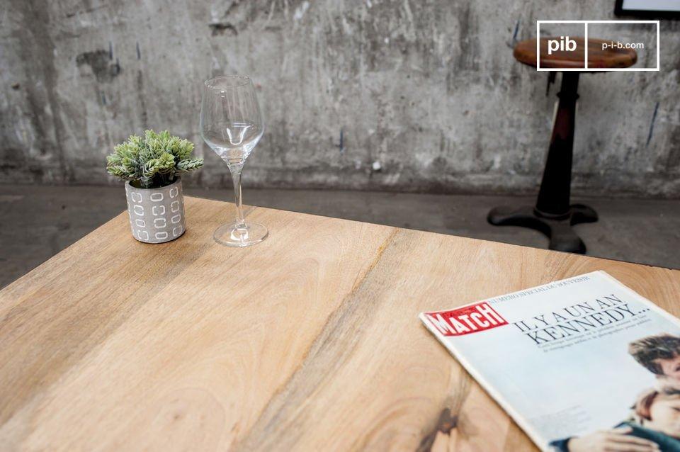Mesa de acero y madera con ruedas metálicas