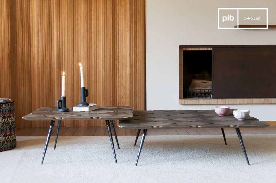 Una elegante mesa de centro con tapa a cuadros en madera rubia