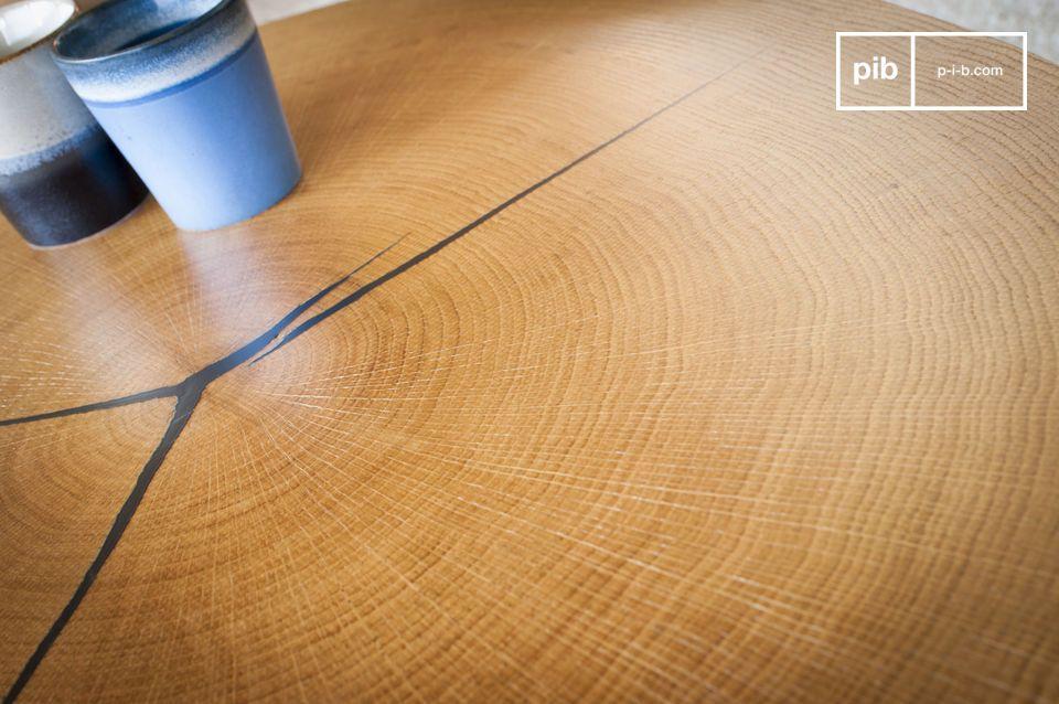Su tapa está hecha de una hoja de roble, en una sola pieza, fijada sobre un soporte metálico