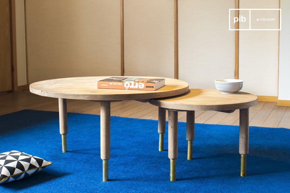 Mesas que combinan madera clara y toques de oro