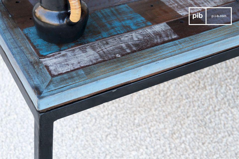 Esta mesa de centro está realizada en tablillas delgadas de madera escojidas y ensambladas a mano