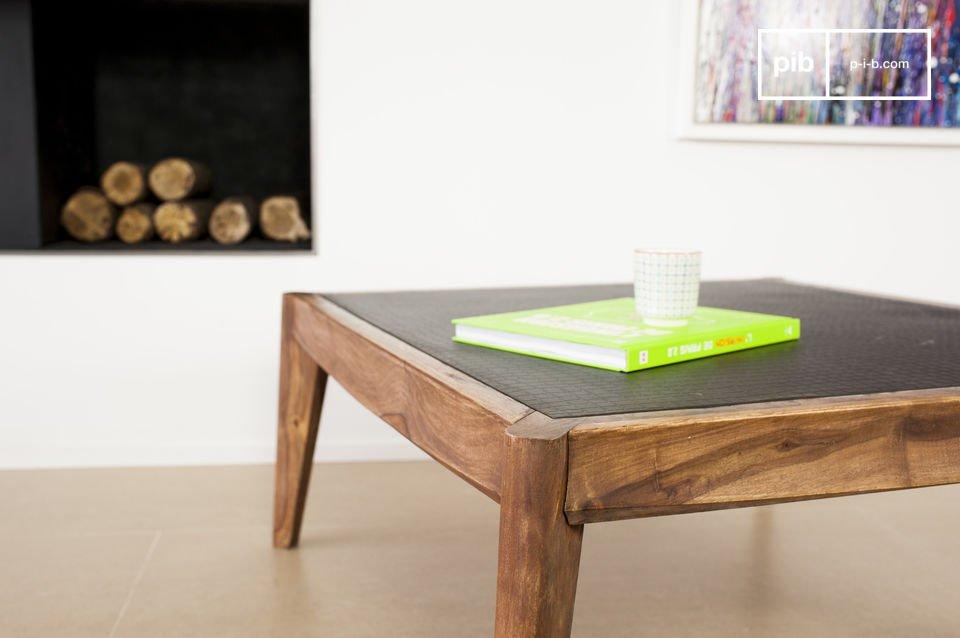 La estructura de esta mesa de centro está hecha de madera barnizada de color nuez