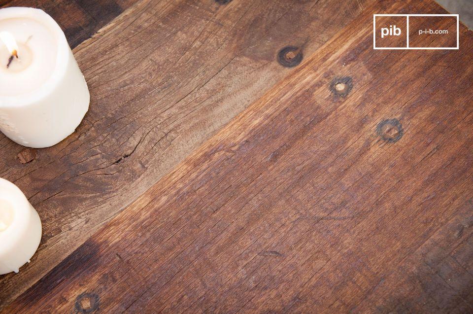 Su estructura de metal negro mate y su bandeja de madera maciza reciclada hacen de la mesa de centro