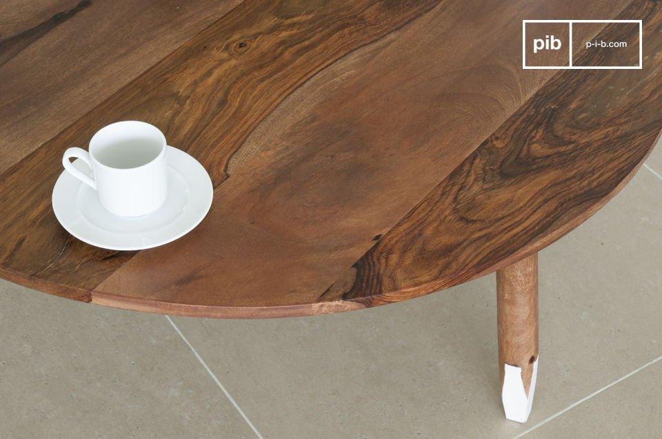 La mesa tiene una combinación de colores única: las patas redondas estan faceteadas al final y