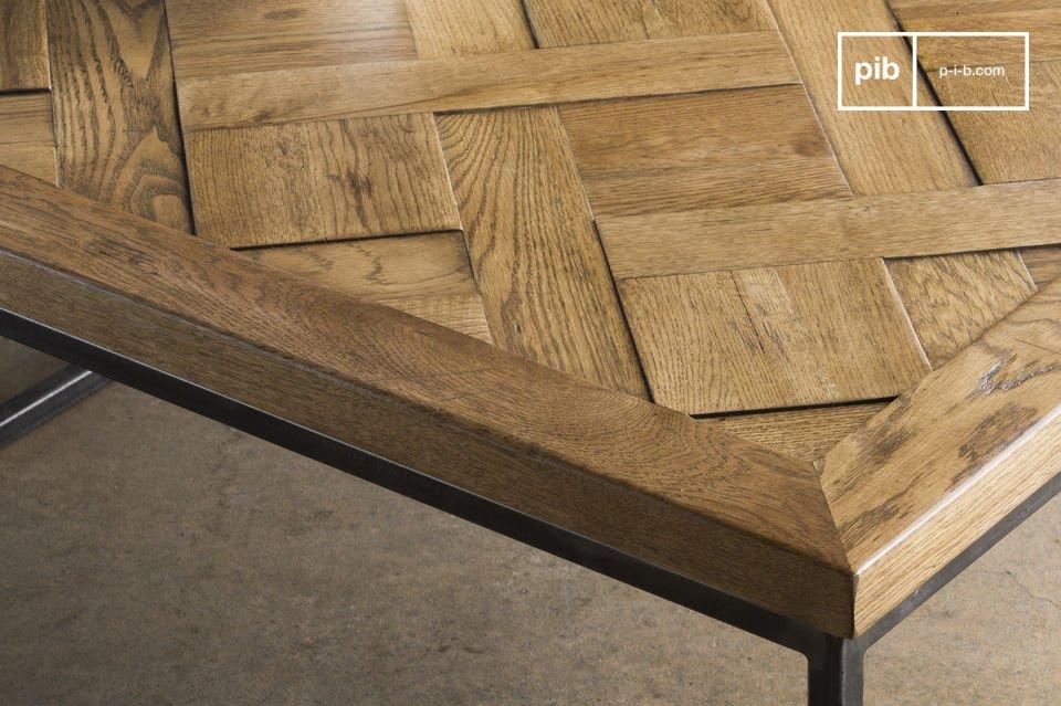 El tablero de la mesa cuadrada ha sido completamente hecho de bandas de madera maciza de roble
