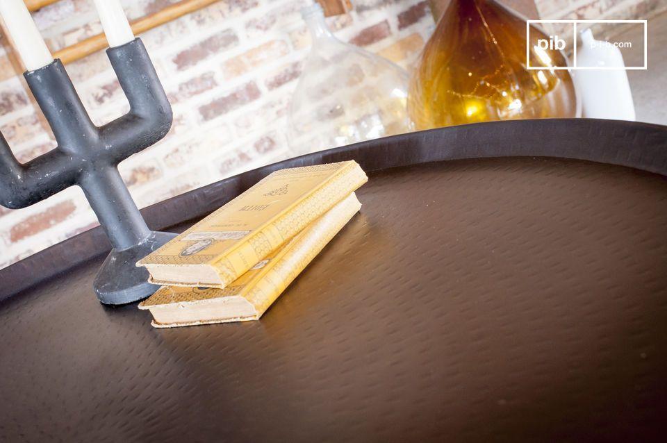 Líneas elegantes, diseño metálico con un acabado martillado a mano