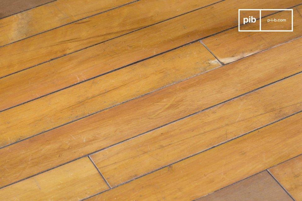 Mesa de centro elegante y compacta hecha de pisos de madera viejos