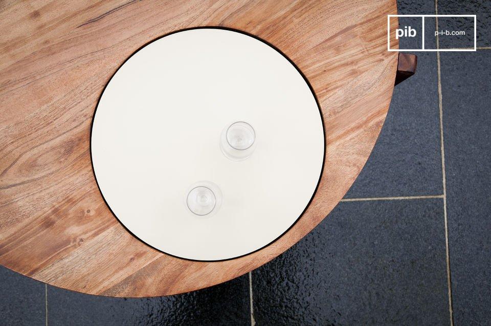 Esta original mesa de centro de madera maciza tiene una hermosa placa blanca integrada en el tablero