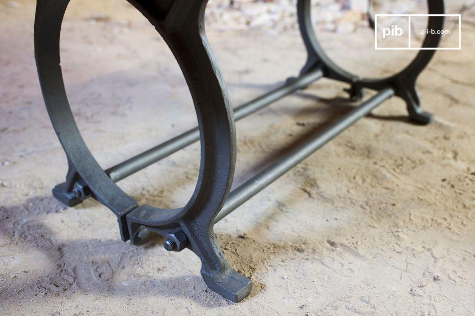 Esta mesa combina dos materiales típicos del estilo industrial: madera maciza y metal