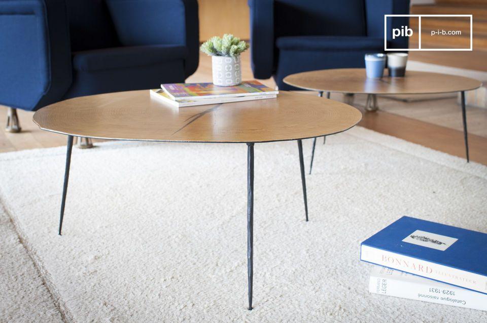 Una mesa de centro orgánica magnificada por su tapa que cubre una hoja de roble barnizada que
