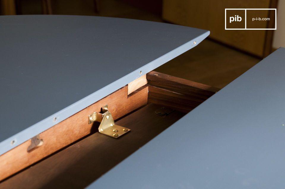La base del marco se hace de madera maciza de nogal