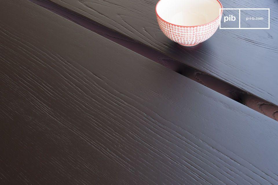 La mesa de comedor de Osaka tiene un tablero de fresno grueso y de color con un acabado pintado de