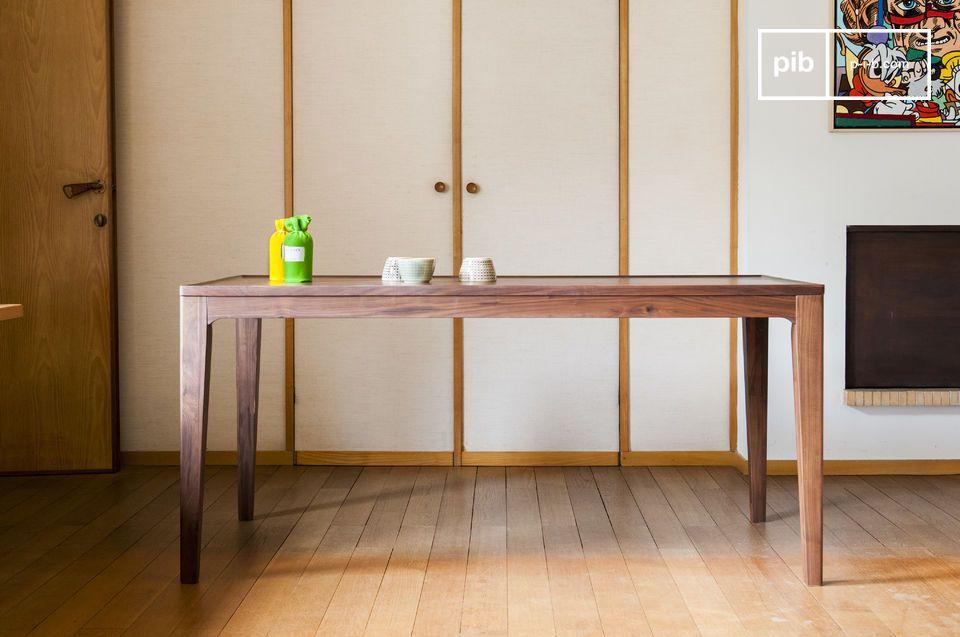 Diseñada de madera maciza de nogal