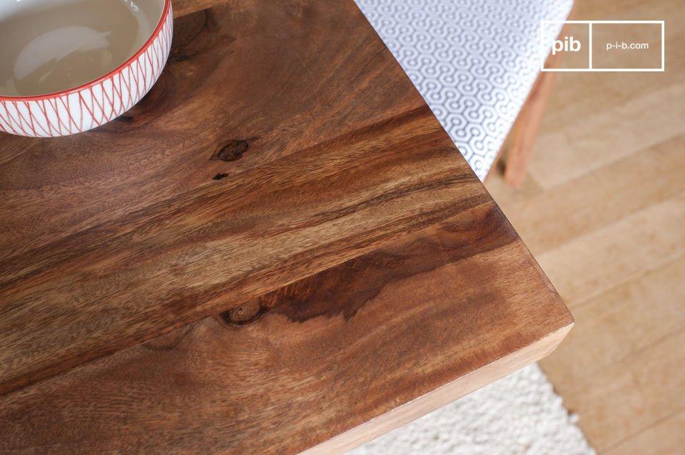 La mesa de comedor Mabillon juega la ligereza de papel con patas metálicas discretas que dan la